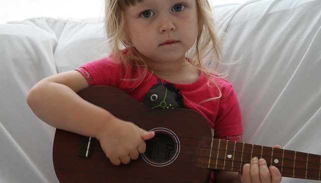 Parents and kids ukulele – Their first song